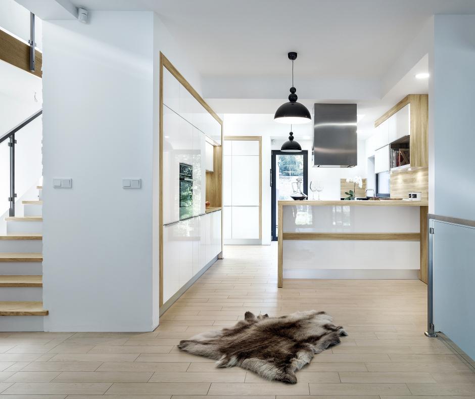Czy drewniany blat w kuchni to dobry pomysł?  meble kuchenne  Max Kuchnie   -> Kuchnia Biala Z Drewnianymi Elementami