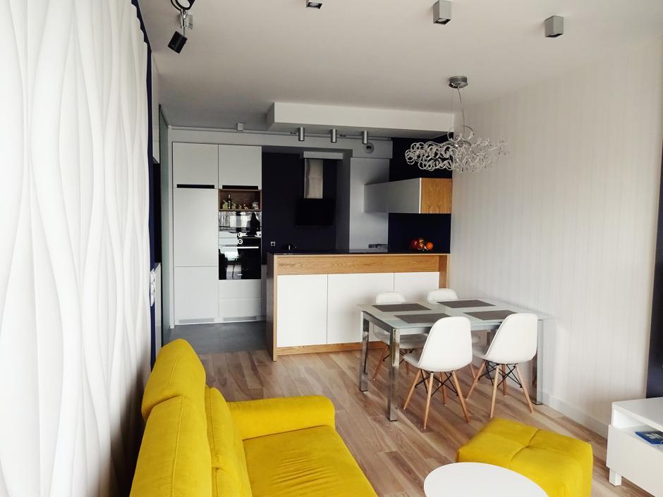 nowoczesny salon z aneksem kuchennym i wysp w bieli i drewnie drewno w kuchni inspiracje. Black Bedroom Furniture Sets. Home Design Ideas