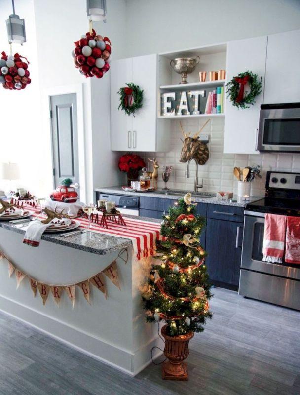 Świ�teczne dekoracje w kuchni z marmurowym blatem