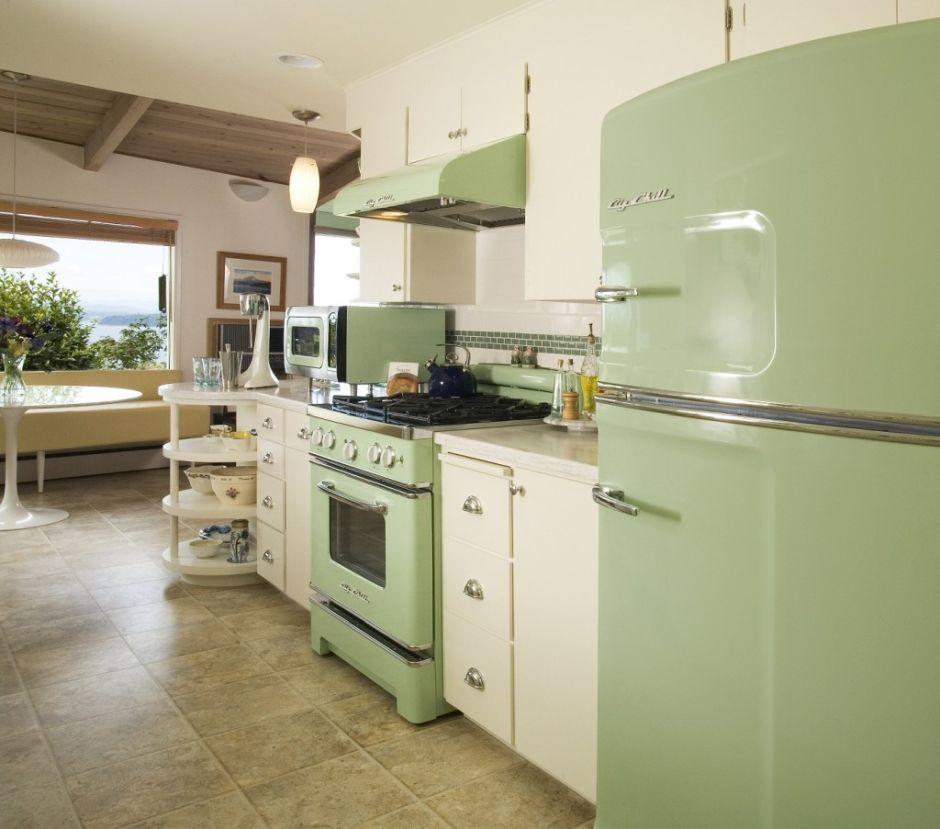 Zielone Agd W Kuchni W Stylu Retro Z Beżowymi Szafkami
