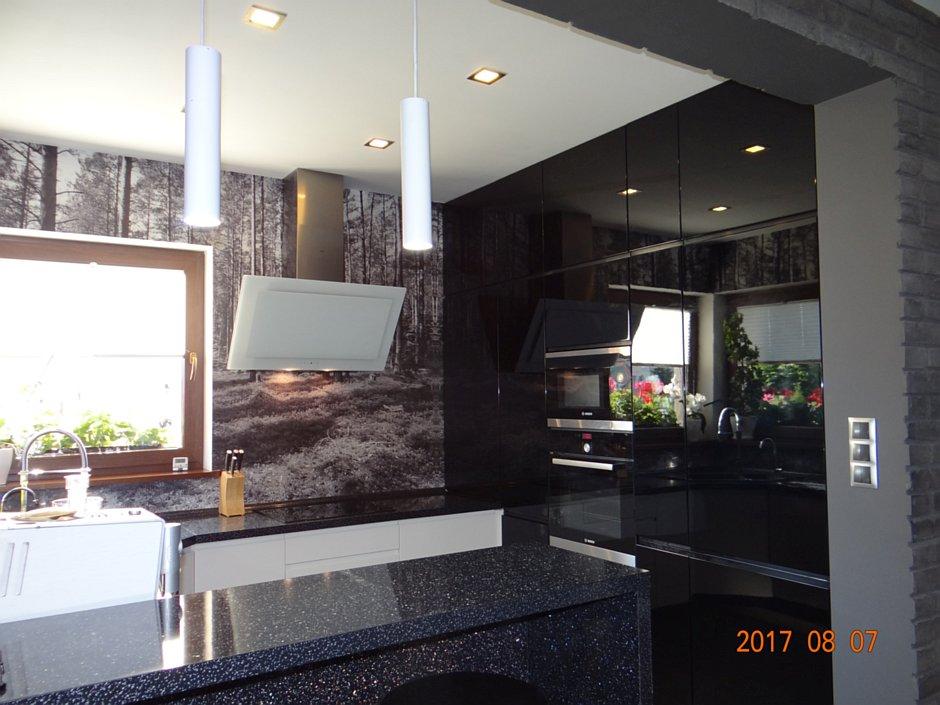 Aranżacja ciemnej kuchni z półwyspem