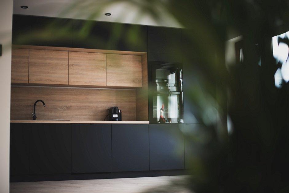 Aranżacja kuchni w kolorze czerni i drewna