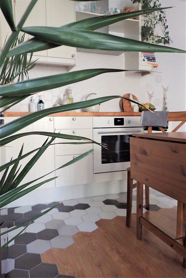 Aranżacja kuchni z heksagonami na podłodze