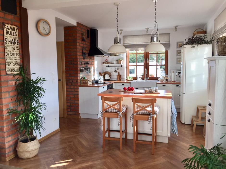 drewno na podłodze w kuchni