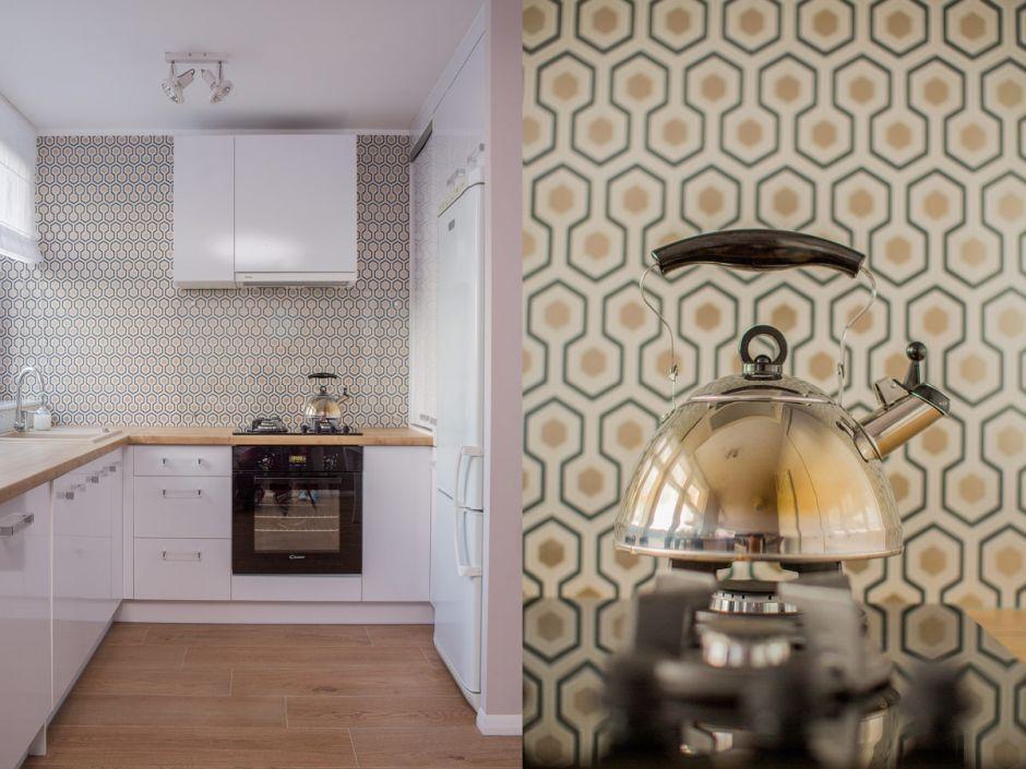 Mała kuchnia z tapetą na ścianie  aranżacje małych kuchni