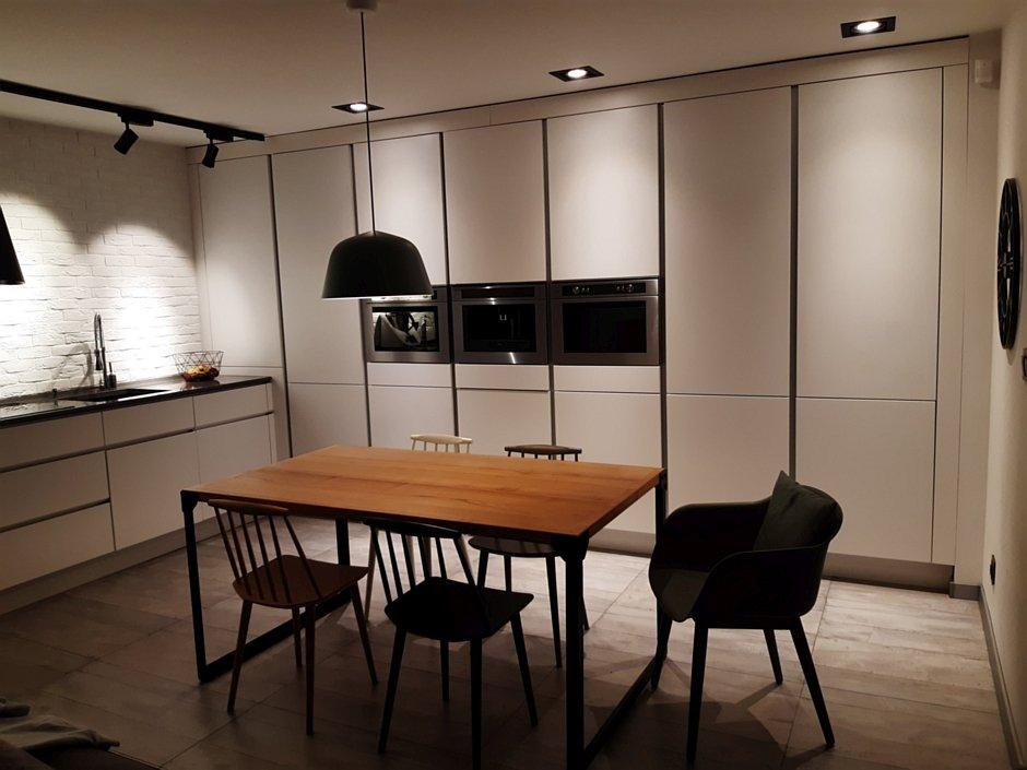 Aranżacja nowoczesnej kuchni z szafkami bezuchwytowymi