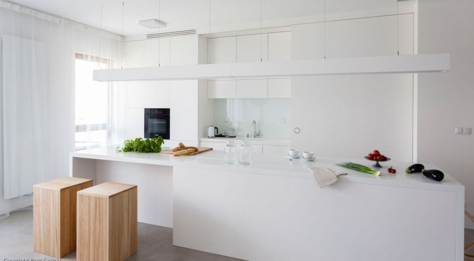 Biała Kuchnia Z Dużą Wyspą I Drewnianymi Hokerami Kuchnia