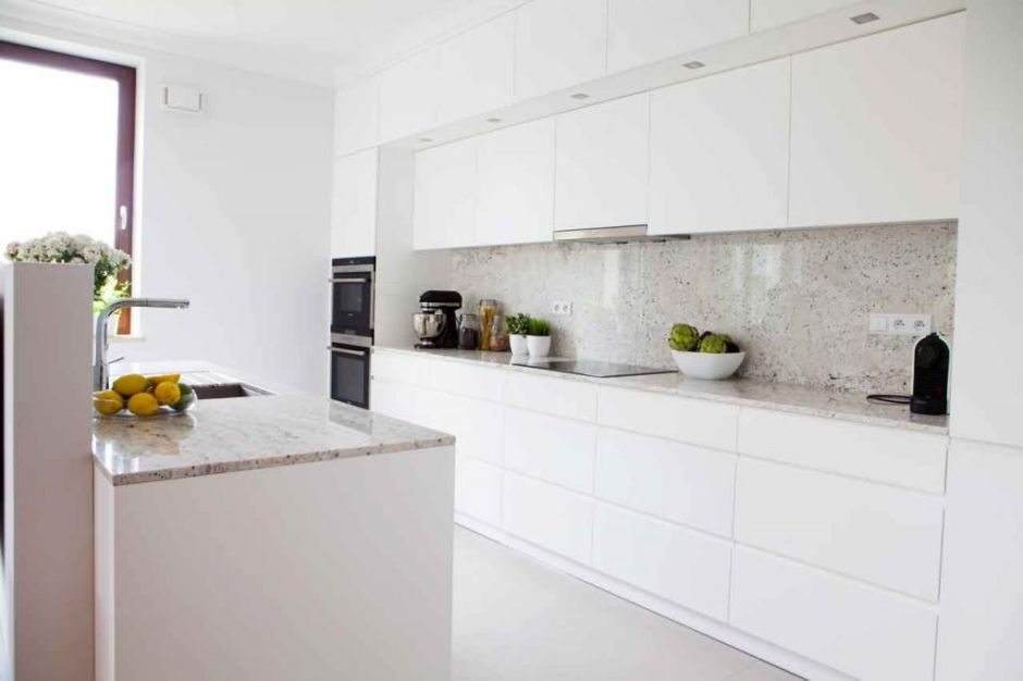 Marmurowy Blat W Białej Kuchni Otwartej Na Salon Kuchnia