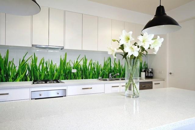 Panel szklany z nadrukiem w kuchni z białymi meblami