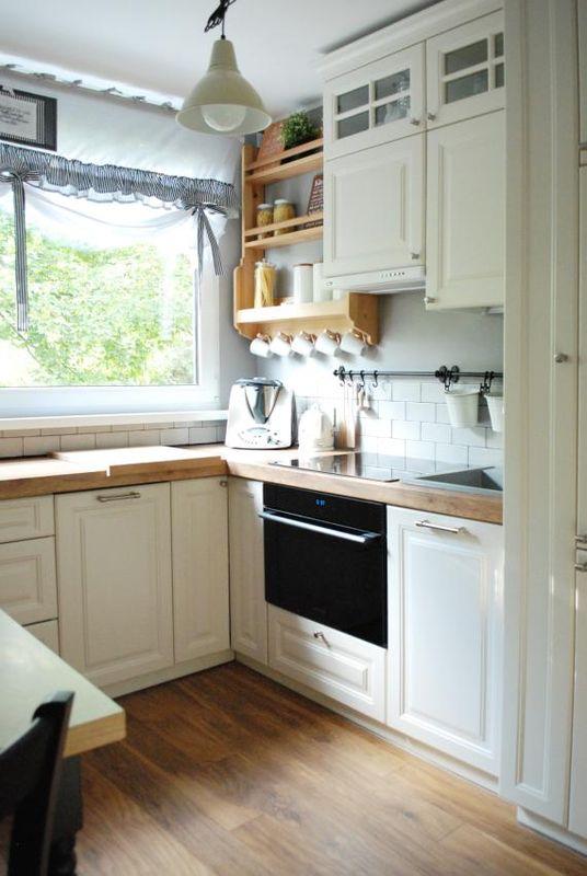 Biala Metalowa Lampa W Malej Kuchni Z Frezowanymi Frontami