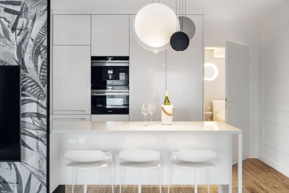 Biała Wyspa Kuchenna W Aranżacji Kuchni W Bloku Kuchnia W Bloku