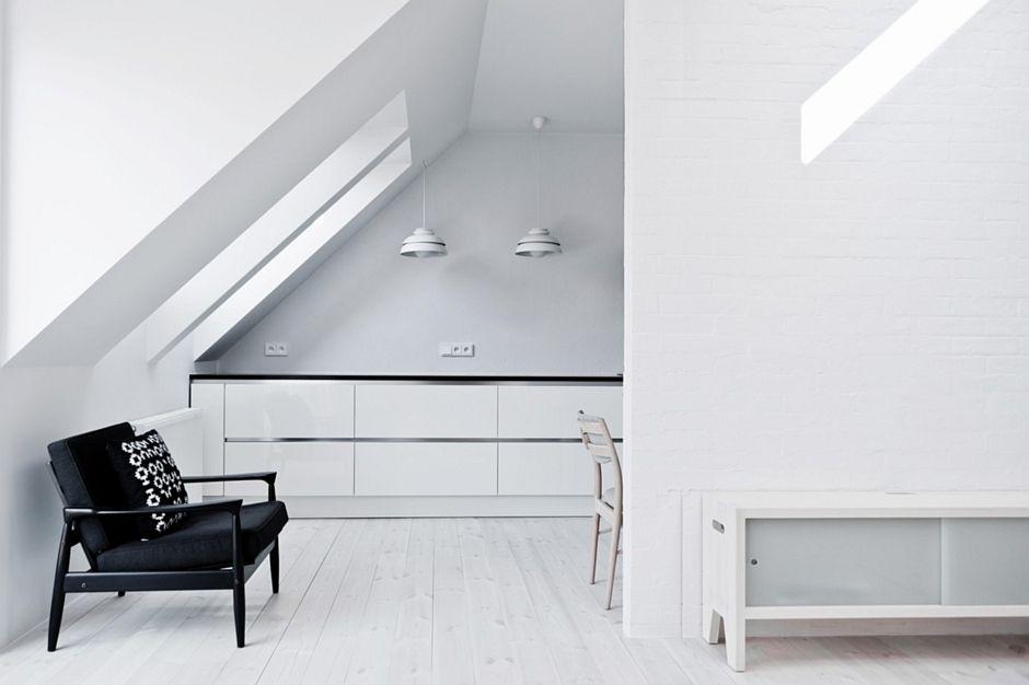 Białe drewno na podłodze w kuchni na poddaszu