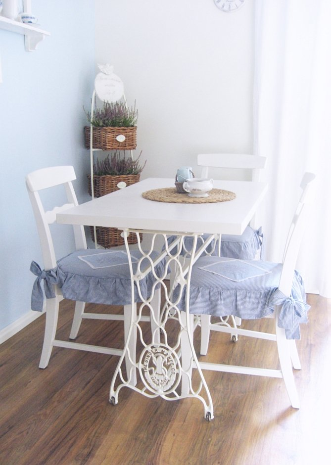 Białe drewniane krzesła w jadalni