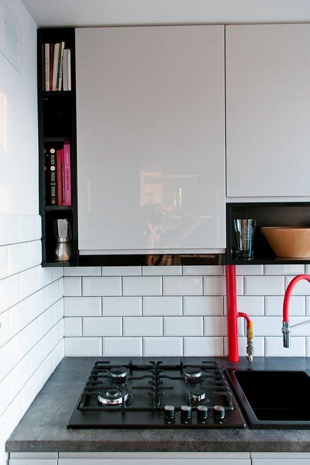 Białe kafle na backsplashu w kuchni