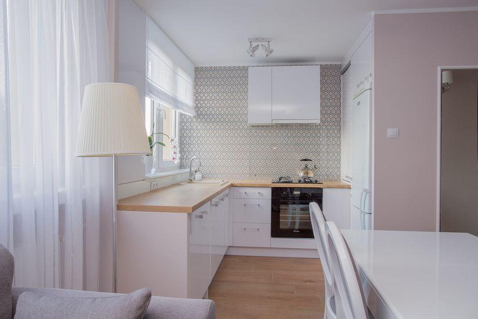Białe Lampy Sufitowe Spot W Wąskiej Kuchni W Stylu Retro