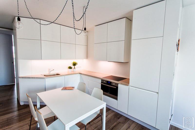 Białe meble w kuchni połączonej z salonem  kuchnia