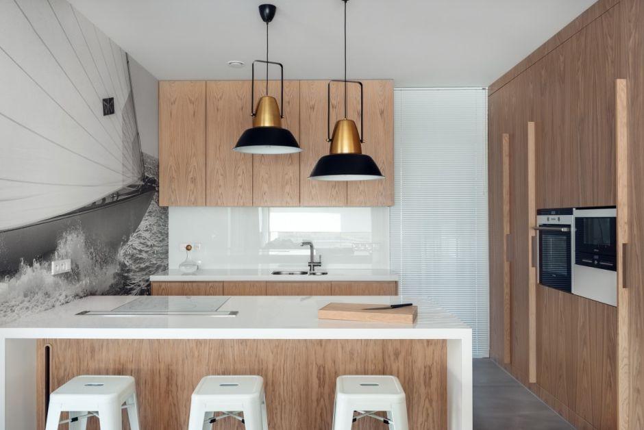 Białe metalowe hokery przy wyspe kuchennej
