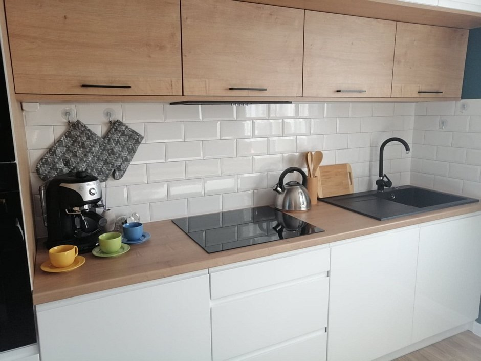 Białe płytki cegiełki na ścianie w kuchni