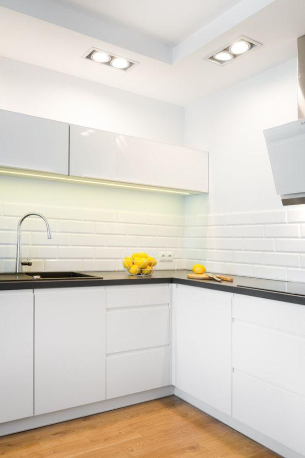 Białe Płytki Kafelki Na Backsplashu W Kuchni Kuchnia W