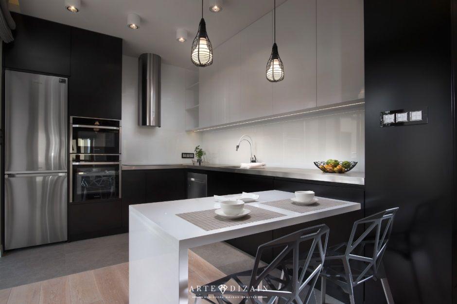 Biało-czarna kuchnia z drewnianymi panelami na podłodze
