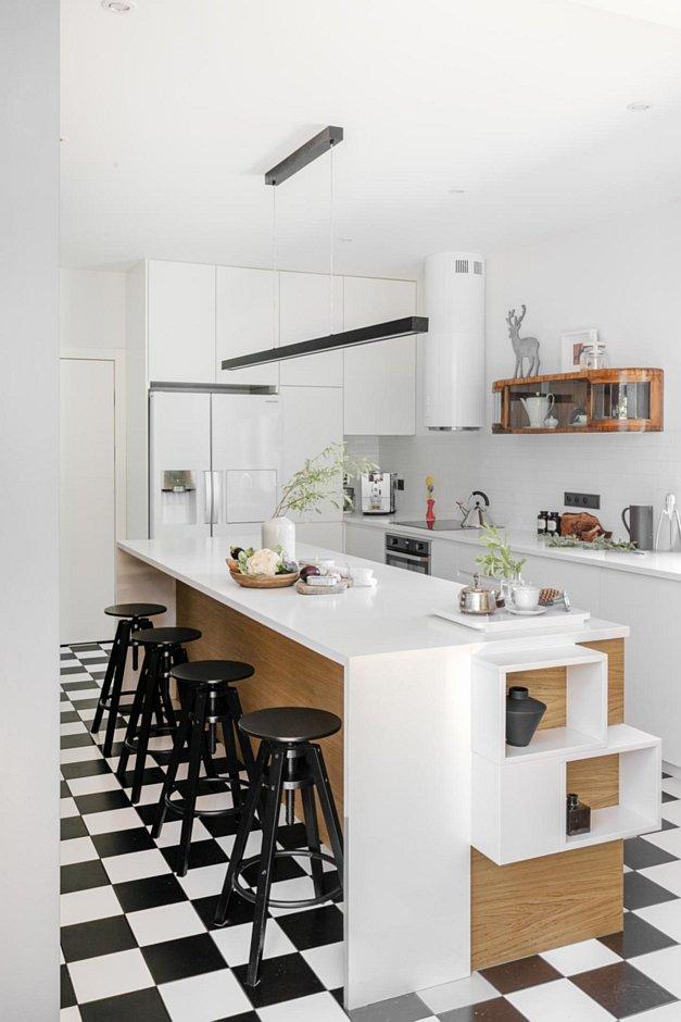Biało-czarna szachownica na podłodze w kuchni