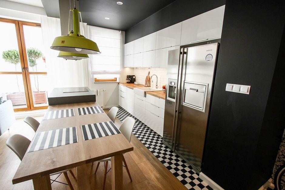 Biało-czarna szachownica na podłodze w kuchni otwartej