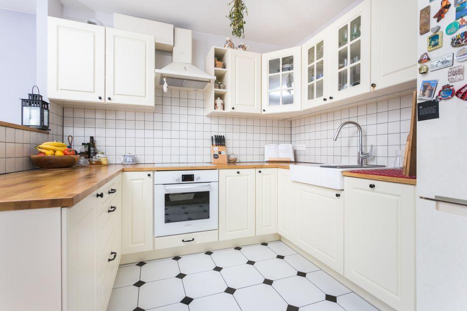 Biało-czarne płytki retro na podłodze w małej otwartej kuchni