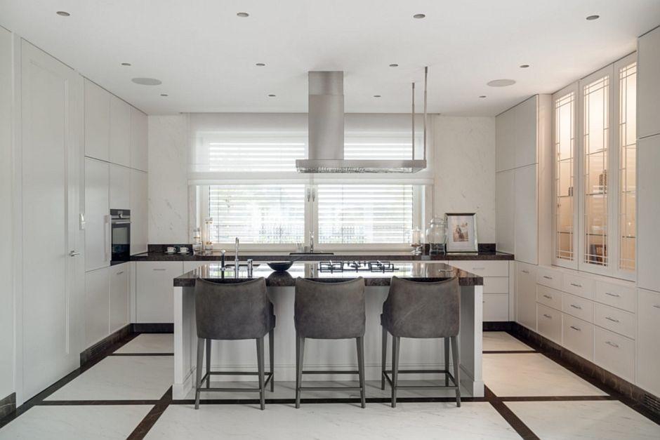 Biały i czarny marmur na podłodze w kuchni z wyspą