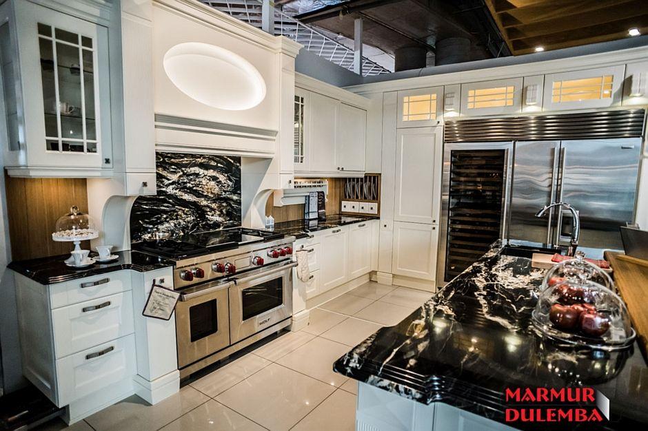 Blat granitowy w aranżacji dużej kuchni