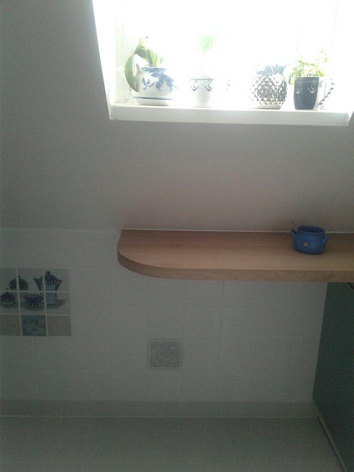 Blat pod oknem w małej kuchni