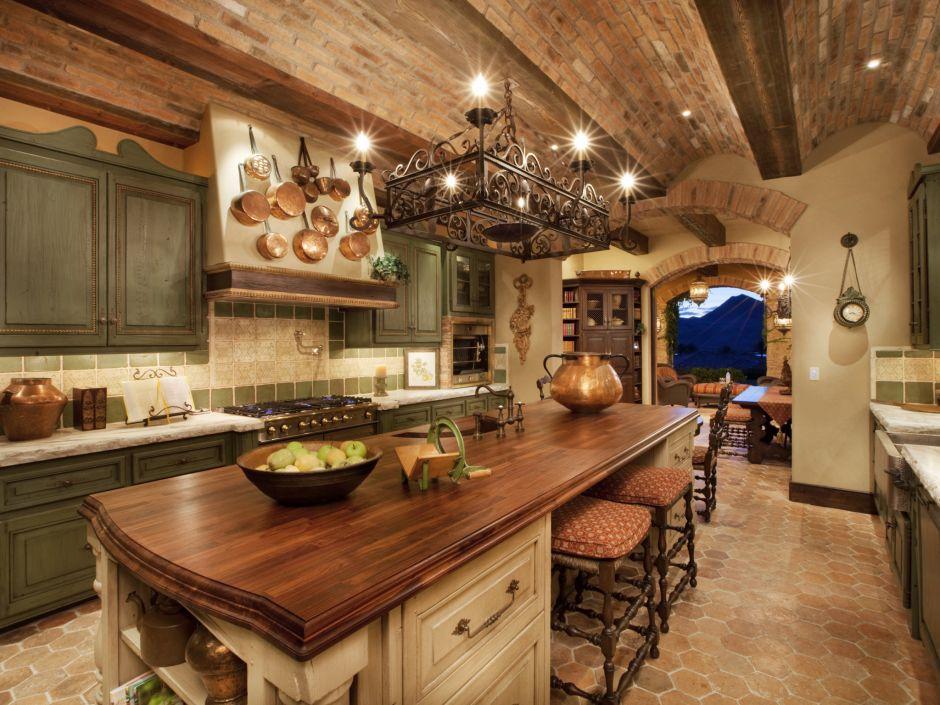 Cegla Na Suficie Oraz Widoczne Belki W Kuchni W Stylu Toskanskim