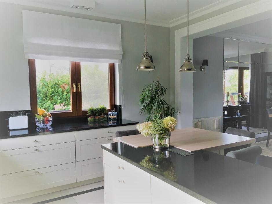 Chromowane Lampy Nad Stołem W Kuchni Oświetlenie Kuchni