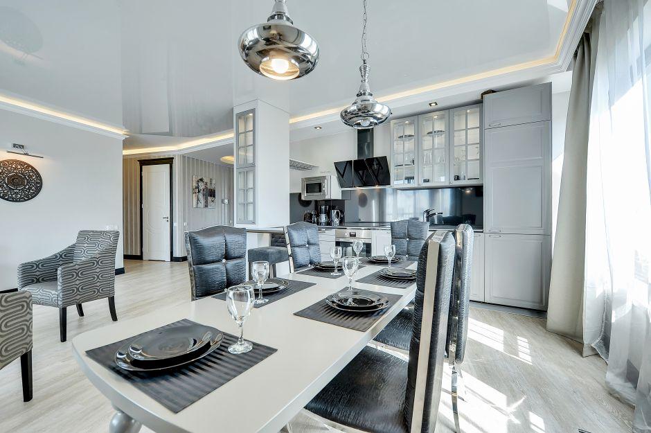 Chromowane Lampy Wiszące W Stylu Glamour W Otwartej Kuchni Kuchnia