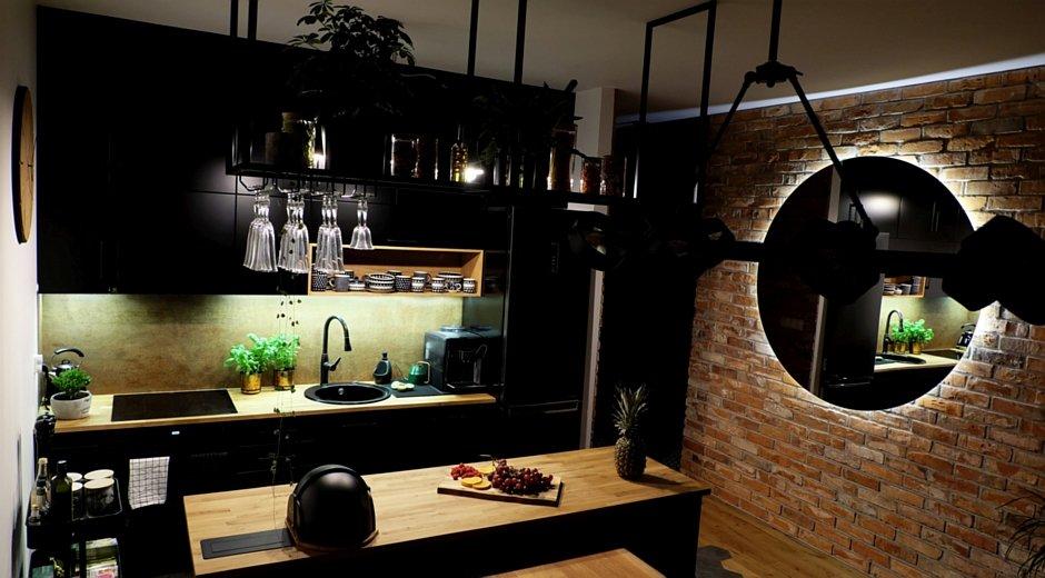 Ciemna kuchnia z lustrem