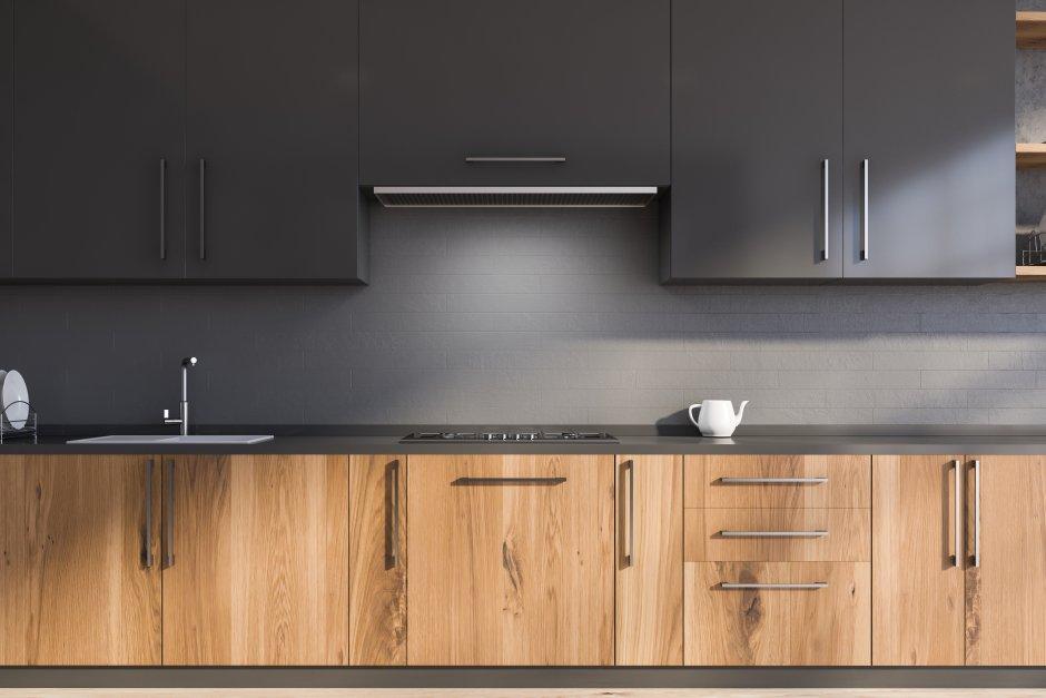 Czarna kuchnia z efektem drewna na frontach
