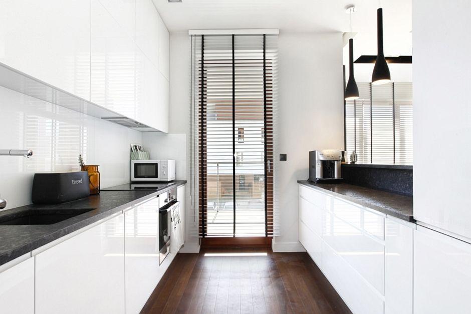 Ciemne drewno na podłodze w wąskiej kuchni