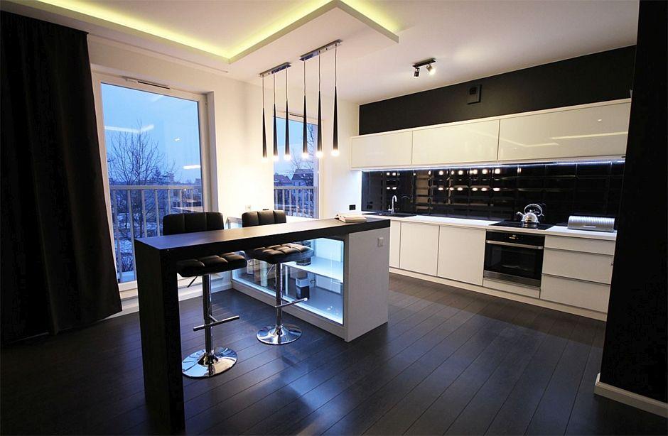 Ciemne drewno na podłodze w kuchni w biało-czarnym kolorze