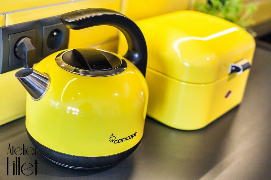 Czajnik Oraz Chlebak W Kolorze żółtym Jako Dodatki W Kuchni