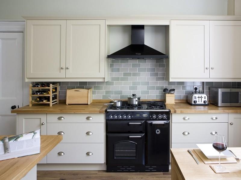 Kuchnia otwarta z czarną kuchenką Classic Falcon  kuchnia otwarta na salon