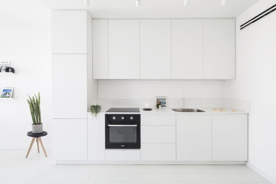 Czarne Agd W Białej Kuchni W Stylu Minimalistycznym