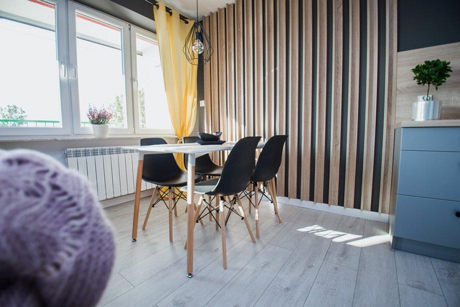 Czarne krzesła przy stole w jadalni