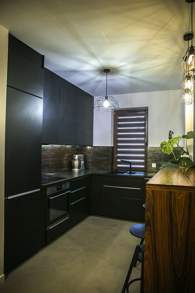Czarne matowe fronty szafek w kuchni