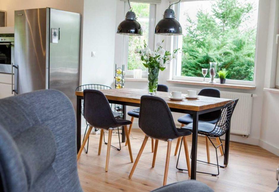 Czarne Metalowe Krzesla W Jadalni Lampy Industrialne Skandynawski