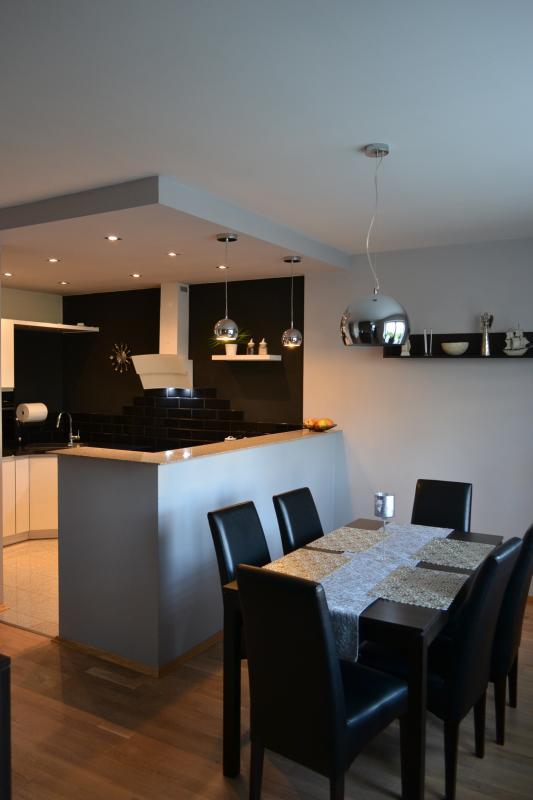 Czarno-biała kuchnia w kształcie litery U