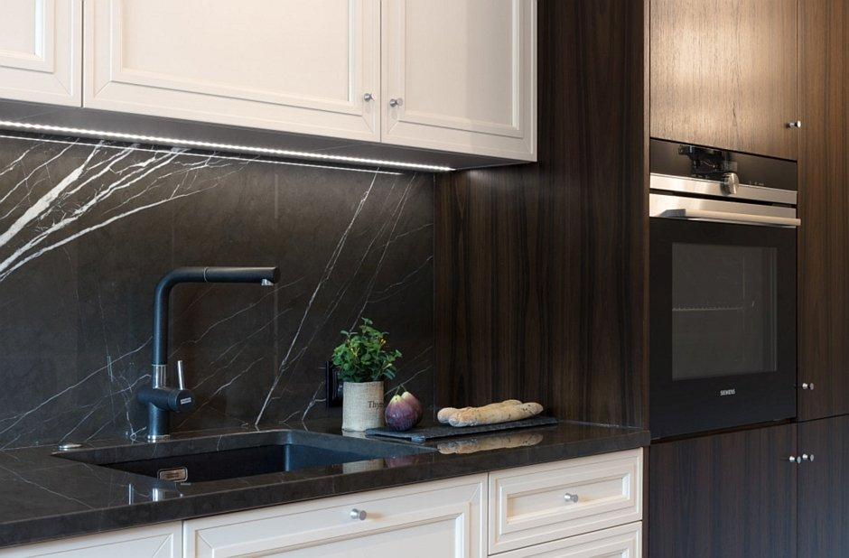 Czarny marmur na backspalshu w kuchni