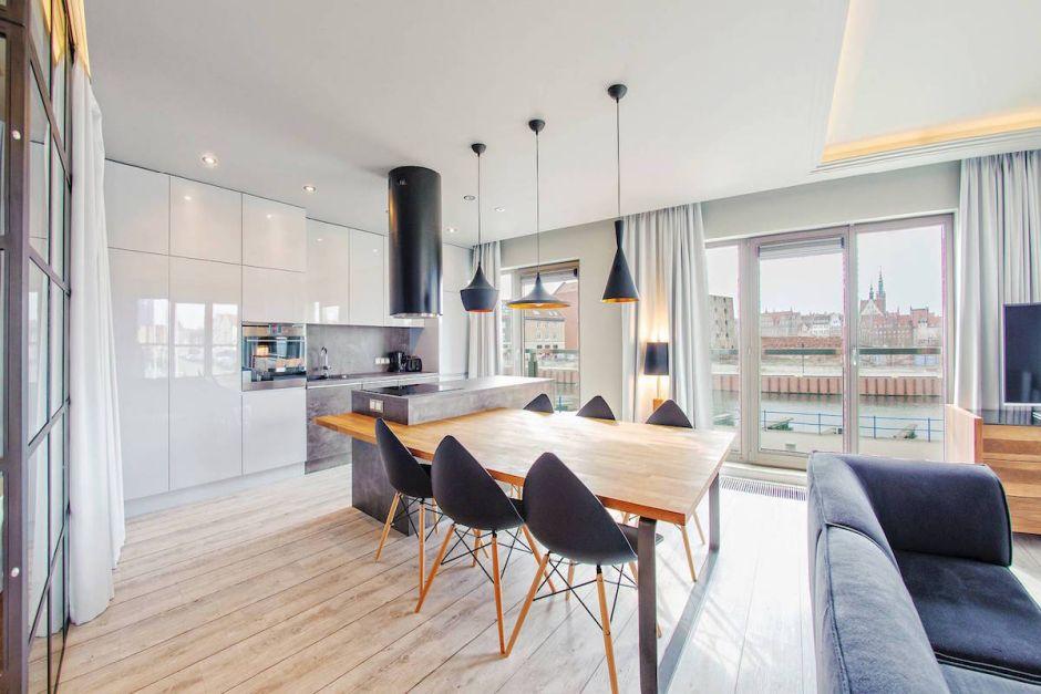 Czarny okap kominowy w kuchni otwartej  kuchnia otwarta na salon  inspiracj   -> Biala Kuchnia Czarny Okap