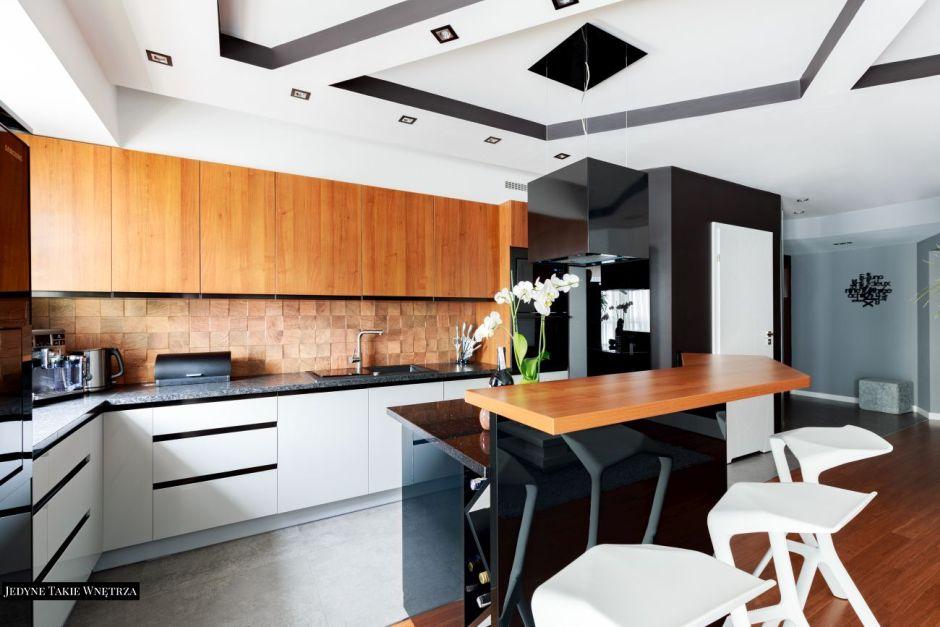 Czerń Biel I Drewno W Kuchni Otwartej Apartament W