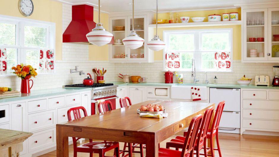 Czerwone Krzesła Przy Drewnianym Stole W Kuchni W Stylu