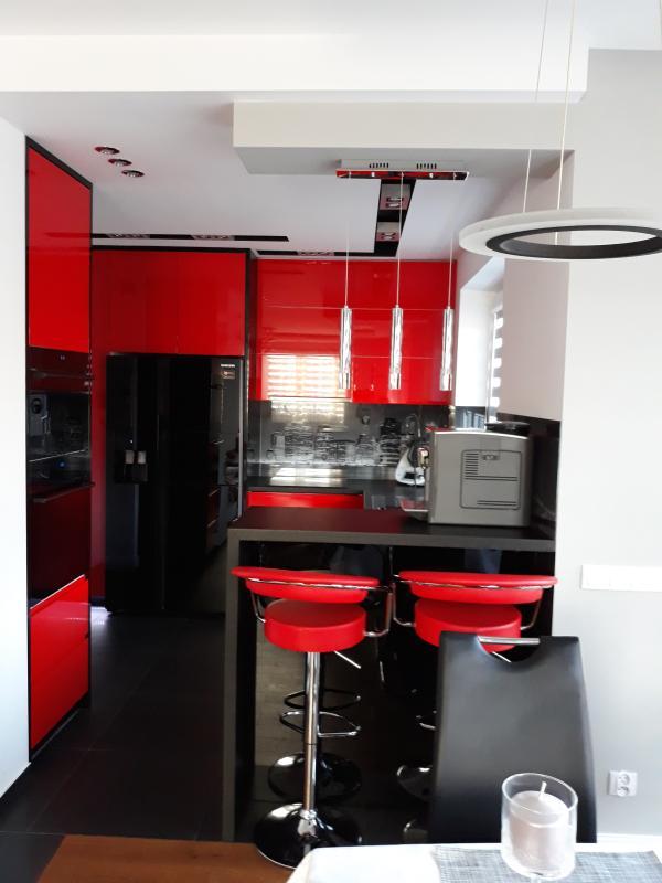 Czerwone Meble Kuchenne Z Połyskiem Z Czarnym Sprzętem Agd