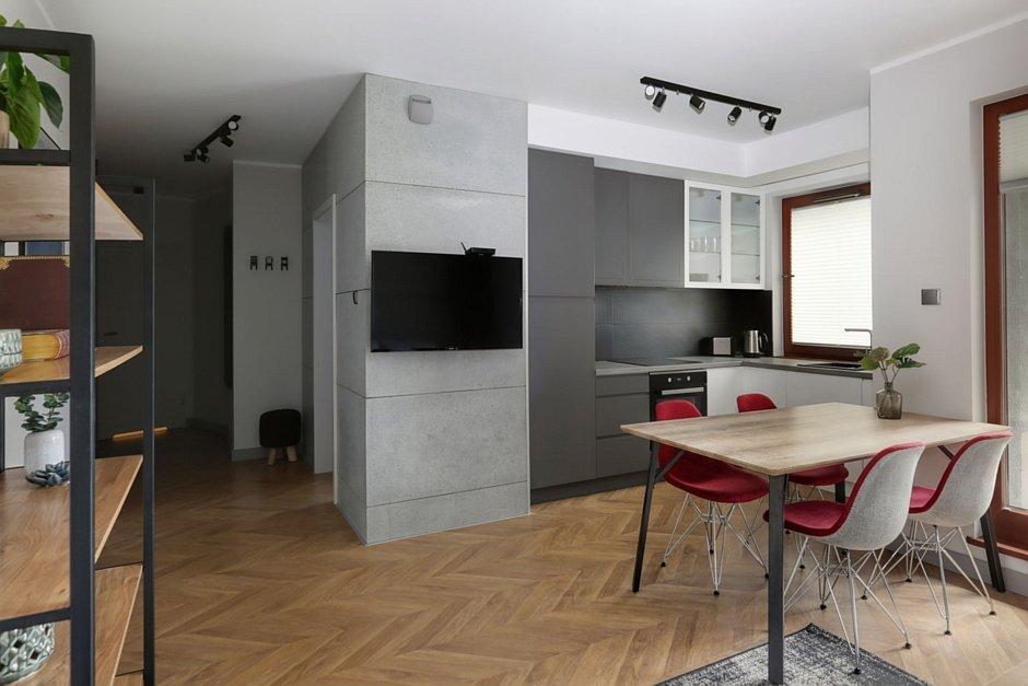 Deska ułożona w jodełkę na podłodze w kuchni otwartej